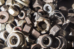 Dettaglio dei bulloni e dei dadi metallici differenti Immagine Stock