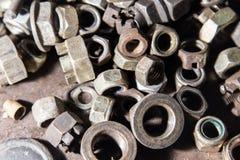 Dettaglio dei bulloni e dei dadi metallici differenti Fotografia Stock Libera da Diritti