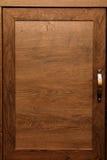 Dettaglio dei gabinetti di legno di quercia di alta qualità con il gabinetto bronzeo har Immagini Stock Libere da Diritti