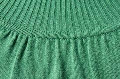 Dettaglio dei lavori o indumenti a maglia del jersey verde del collo alto Fotografia Stock