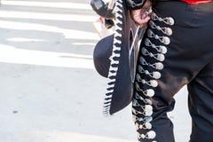 Dettaglio dei pantaloni dei mariachi con gli ornamenti mentre giocando su una fase fotografia stock