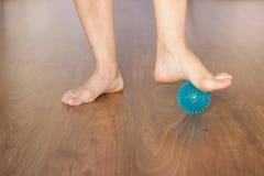 Dettaglio dei piedi del ballerino di balletto con la palla per il massaggio fotografie stock libere da diritti