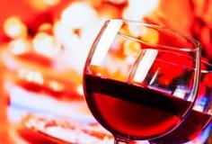 Dettaglio dei vetri del vino rosso contro il fondo unfocused della tavola del ristorante Immagine Stock