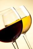 Dettaglio dei vetri di vino rosso e bianco sulla tavola Immagini Stock