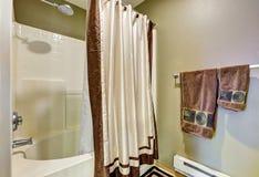 Dettaglio del bagno Vasca e doccia combinate con una tenda Fotografia Stock