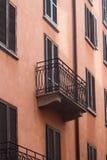 Dettaglio del balcone della costruzione con i ciechi di finestra alti Immagini Stock