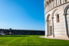Dettaglio del battistero, in dei Miracoli della piazza a Pisa fotografia stock libera da diritti