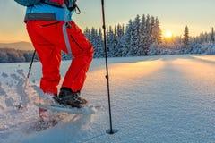 Dettaglio del camminatore della racchetta da neve in montagne fotografie stock