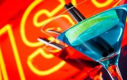 Dettaglio del cocktail con il fondo al neon di parola della discoteca con spazio per testo Immagini Stock