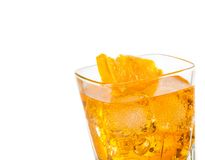 Dettaglio del cocktail giallo con la fetta arancio isolata su fondo bianco Immagine Stock Libera da Diritti