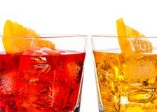 Dettaglio del cocktail rosso e giallo con la fetta arancio su superiore isolata su fondo bianco Fotografia Stock Libera da Diritti