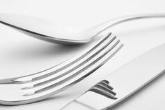 Dettaglio del cucchiaio della forcella del coltello sopra un fondo bianco cutlery Fotografia Stock