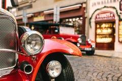 Dettaglio del faro di un'automobile rossa sulla via Immagini Stock