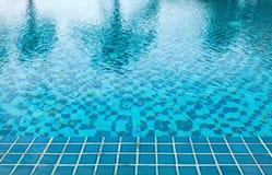 Dettaglio del fondo dell'acqua della piscina Immagini Stock