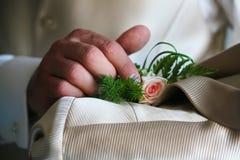 dettaglio del groom& x27; costume di s fotografia stock