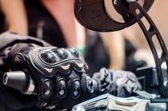 Dettaglio del guanto del motociclista fotografia stock