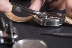 Dettaglio del lavoro di un orologiaio che sostituisce una batteria Immagini Stock