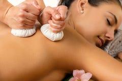 Dettaglio del massaggio di erbe di pinda Immagini Stock Libere da Diritti