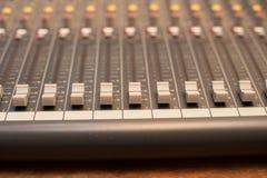Dettaglio del miscelatore dello studio di musica Fotografie Stock
