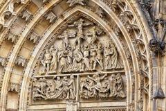 Dettaglio del portale della cattedrale di Vitus del san con le sculture Fotografia Stock