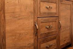 Dettaglio del primo piano dei gabinetti di legno di quercia di alta qualità con bronzo Ca Fotografia Stock Libera da Diritti