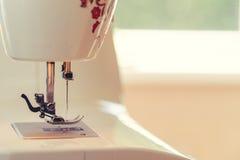 Dettaglio del primo piano della macchina per cucire automatica piena fotografia stock