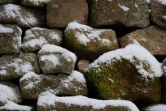 Dettaglio del primo piano della parete drystone innevata immagine stock libera da diritti