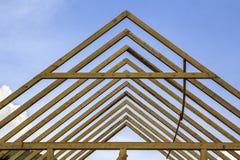 Dettaglio del primo piano di alta inquadratura ripida di legno del tetto nell'ambito del construc Fotografia Stock