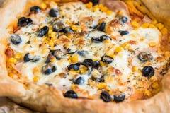 Dettaglio del primo piano di pizza fotografie stock