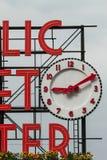 Dettaglio del segno ed orologio del mercato pubblico a Seattle immagini stock