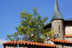 Dettaglio del tetto rosso della piccola torre del castello fotografie stock