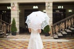 Dettaglio del vestito da sposa e della sposa Fotografie Stock