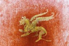 Dettaglio dell'affresco a Pompei con il grifone alato su un BAC rosso Immagine Stock