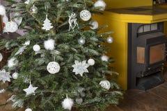 Dettaglio dell'albero di Natale con il camino immagini stock