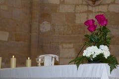 Dettaglio dell'altare di una chiesa con una candela accesa fotografia stock