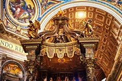 Dettaglio dell'altare principale decorato con oro nella basilica di St Peter Fotografia Stock