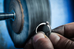 Dettaglio dell'anello d'argento di lucidatura Fotografia Stock Libera da Diritti