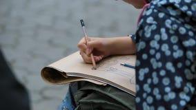 Dettaglio dell'artista Hands Drawing della ragazza con una matita video d archivio