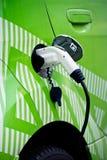 Dettaglio dell'automobile ecologica che rifornisce di carburante, inserito Fotografie Stock Libere da Diritti