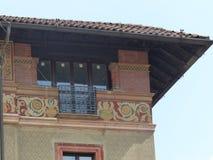 Dettaglio dell'estremità di un angolo di una casa con alcuni affreschi nel centro storico di Milano in Italia Fotografia Stock Libera da Diritti