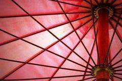 Dettaglio dell'ombrello rosso sottragga la priorità bassa Fotografia Stock Libera da Diritti
