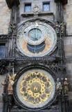 Dettaglio dell'orologio astronomico di Praga (Orloj) Anello zodiacale, anello girante esterno, Sun dell'icona, luna a Praga, ceca Fotografia Stock