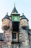 Dettaglio dell'orologio in cima all'edificio di Canongate Tolbooth in Edinburg Immagine Stock