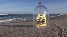 Dettaglio dell'orologio sotto vetro in spiaggia stock footage
