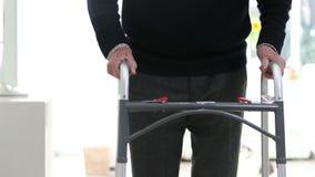 Dettaglio dell'uomo senior che usando struttura di camminata a casa archivi video