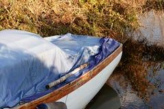 Dettaglio della barca arrugginita in un lago Fotografia Stock