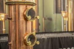 Dettaglio della bevanda alcolica di destilation di alambicco immagini stock libere da diritti