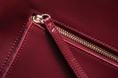 Dettaglio della borsa di cuoio rossa, chiusura lampo dorata Fotografia Stock