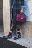 Dettaglio della borsa e scarpe fuori dei Bu della sfilata di moda di Cristiano Burani Fotografia Stock Libera da Diritti