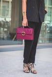 Dettaglio della borsa e scarpe fuori dei Bu nazionali della sfilata di moda del costume Immagini Stock Libere da Diritti